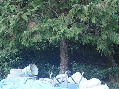 工事現場で発光する一輪車と土嚢